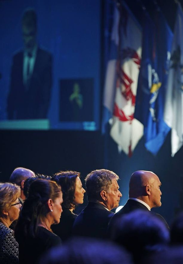 Presidentti Sauli Niinistö keskittyi vakavana katsomaan tulevaa esitystä. Rouva Jenni Haukion silmät olivat jopa hieman kostuneet.