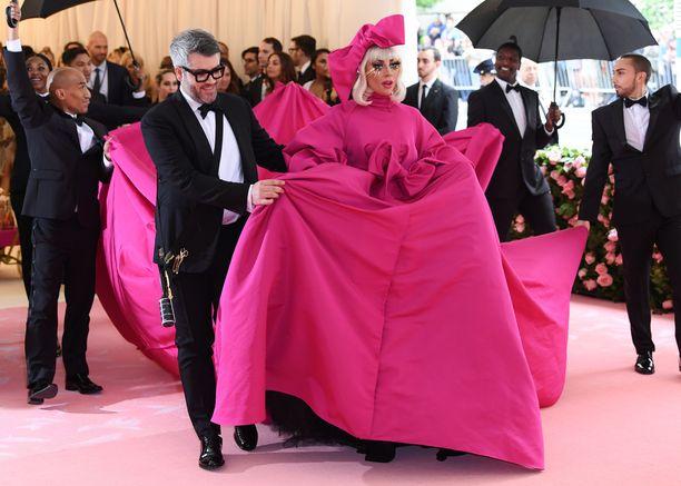 Lady Gaga ja puvun suunnitellut Brandon Maxwell Met-gaalassa 6.5.2019.