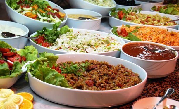 Buffeteissa ja noutopöydissä syödessä kannattaa avuksi ottaa lautasmalli ja koota lautaselle puolet vihanneksia ja vähintään neljäsosa proteiinia.