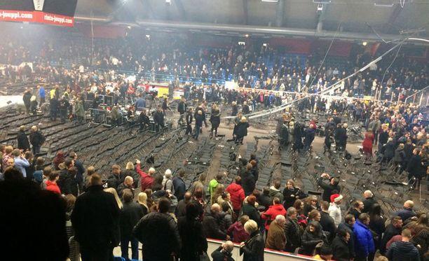 Sunnuntaina Raskasta joulua -konsertti keskeytettiin, kun ilmastointiputki putosi yleisön päälle.
