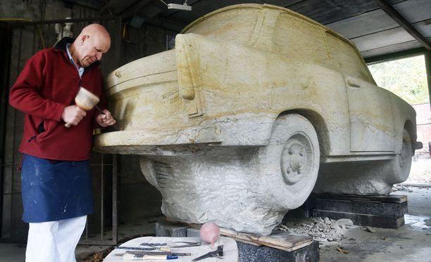 Carlo Wloch teki Trabant 601 -mallin hiekkakivestä. Mies on työskennellyt jäljennöksen parissa vuodesta 1997.