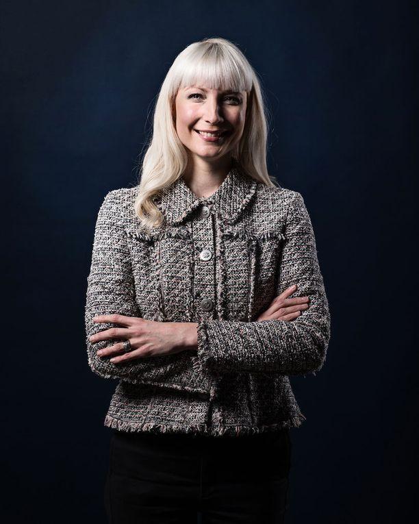 Laura Huhtasaari ajaisi presidenttinä vahingonkorvauksia 90-luvun laman uhreille. Huhtasaaren mukaan idea ei ole peräisin puoluetoimistolta, vaan kansalaisilta.
