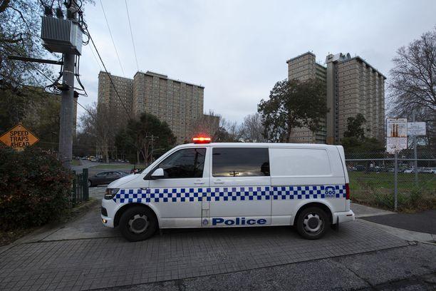 Australian poliisi valvoo lukitustilaan määrättyjä kerrostaloja Flemingtonissa, Melbournessa.