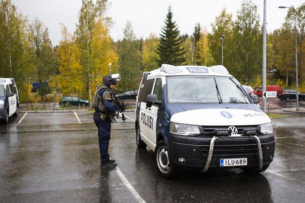 Poliisit olivat raskaasti varustautuneita.