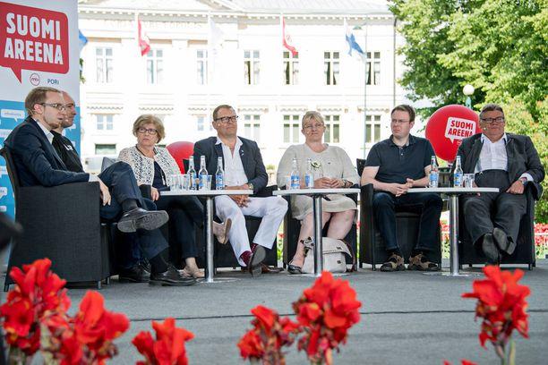 Simon Elo osallistui Porin Suomi-areenan paneelikeskusteluun maanantaina.