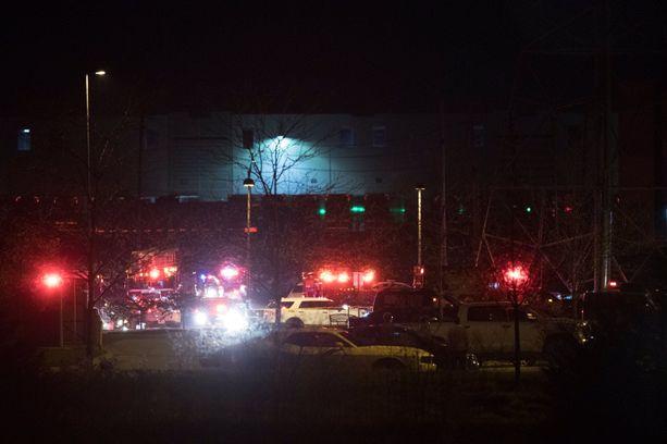 Surmapaikalle saapui ampumisen jälkeen suuri joukko viranomaisia.