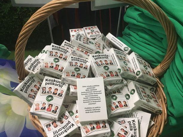 Puoluekokouksessa myydään keskustapelikortteja viiden euron hintaan. Korteista löytyy myös Paavo Väyrynen.