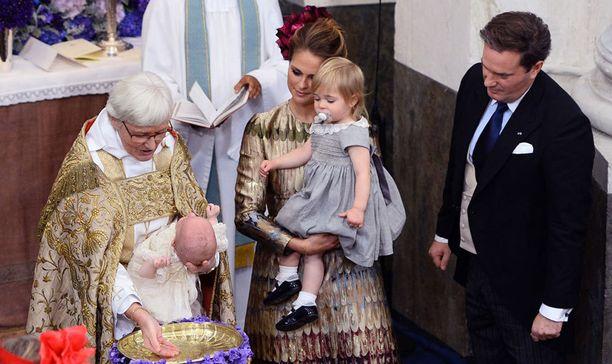 Leonore seurasi äitinsä Madeleinen sylissä kun Nicolas kastettiin.