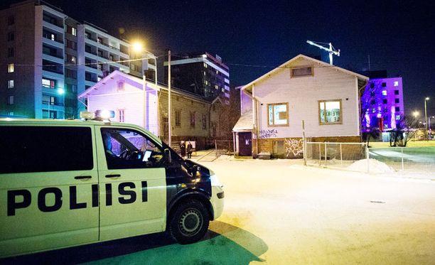 Poliisin mukaan yön aikana porukka kasvoi 30 hengellä eli noin 80 henkilöön.