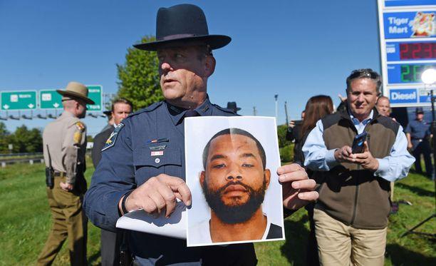 Poliisi on ottanut kiinni Marylandin ampumisista epäillyn miehen. Kuvassa Harfordin sheriffi Jeffrey Gahler esittelee epäillyn kuvaa.