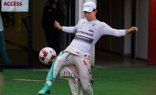 Nico Rosberg otti tuntumaa jalkapalloon.