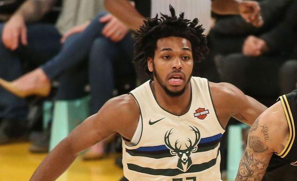 Sterling Brown pelaa Milwaukee Bucksissa heittävänä takamiehenä.