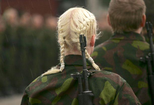 Naisten kiinnostus asepalvelukseen nousi ensimmäistä kertaa korkeammalle kuin vuonna 1995, jolloin naisten vapaaehtoinen asepalvelus tuli mahdolliseksi.