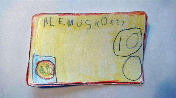 5-vuotias Eedla näytti kassalla itse tekemäänsä alennuskorttia.