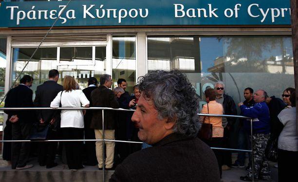 Ihmisiä jonotti pankin ulkopuolella Nikosiassa torstaina.