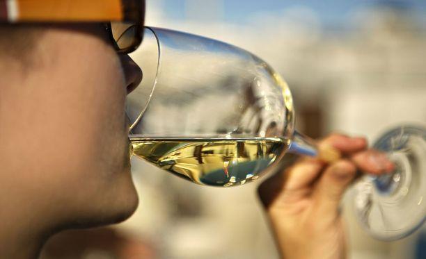 Myös kohtuullinen alkoholinkäyttö lisää syöpäriskiä.