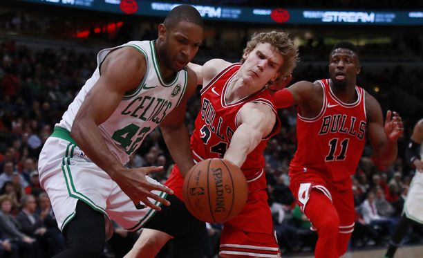 NBA:n kärkijoukkueisiin lukeutuvan Boston Celticsin tähdet olivat Lauri Markkaselle ja kumppaneille liian kova pala purtavaksi. Kuvassa Markkanen puolustaa Celticsin Al Horfordia.