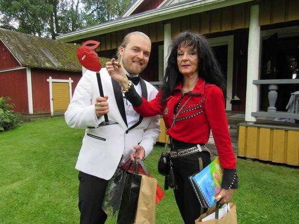 Vuoden 2014 tangokuningas Teemu Roivainen juhli 30 ikävuottaan taiteilija Soile Yli-Mäyryn taidetalossa Kuortaneella ja sai kuuluisan taiteilijan taideteoksen lahjaksi. Roivaisella piti olla yhteiskeikka ex-rakkaan Saara Aallon kanssa, mutta Aalto perui viime hetkellä keikan ja lähti esiintymään Eurooppaan.