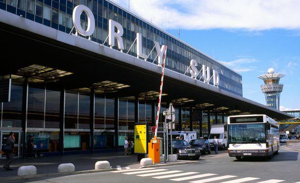 Orlyn lentokentältä on kuultu laukauksia.