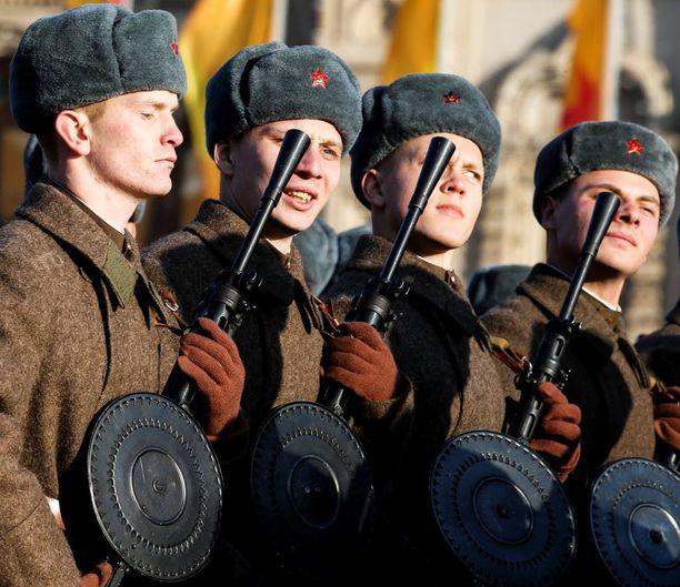 Venäjä ei halua hävitä sotilaallista varustautumistaistelua. Kuvassa venäläisiä sotilaita Moskovan sotilaallisessa paraatissa marraskuussa 2015.