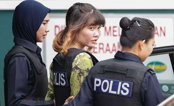 Malesian poliisi saatteli murhasyytettyä Doan Thi Huongia, 28, maanantaina.