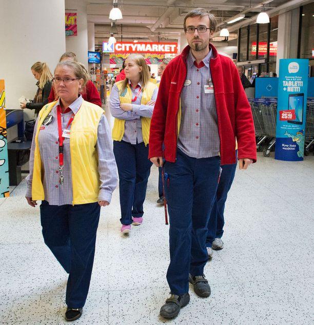 Ruoholahden toimipisteen luottamusmies Mikko Järvinen (oikealla) marssi ulos muun henkilökunnan kanssa.