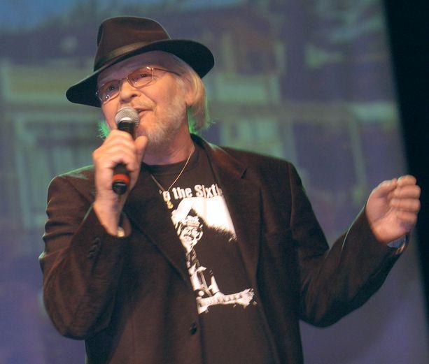 Kari Kuuva esiintyi Robinin 60-vuotisjuhlakonsertissa Lahdessa vuonna 2004.
