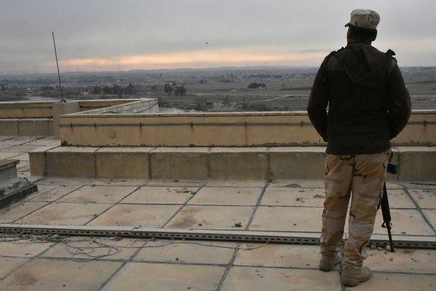 Irakilaissotilas katsoo raunioituneen hotellin katolta kohti Länsi-Mosulia, joka vielä helmikuun alussa oli Isisin hallussa.