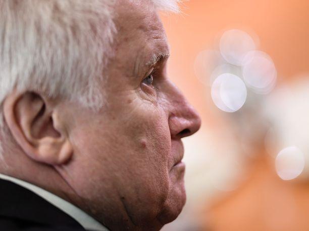 Sisäministeri Horst Seehofer kertoi uusista turvapaikanhakijoiden määristä.