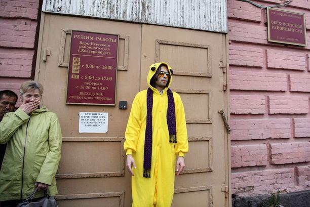 Suuri joukko Sokolovskyn tukijoita saapui torstaina seuraamaan oikeudenkäyntiä.