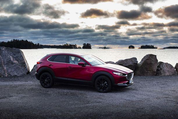 Mazda CX-30 on poikkeuksellisen kaunis ja tyylikkäästi muotoiltu. Mazdan Soul Red Crystal -kolmikerrosmaali heijastaa valoa ainutlaatuisesti.