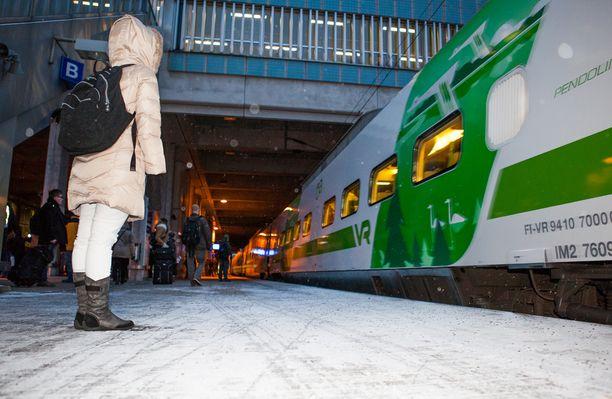 Perheen junareissu sai inhottavan käänteen liian kuuman patterin takia. Arkistokuva ei liity tapaukseen.