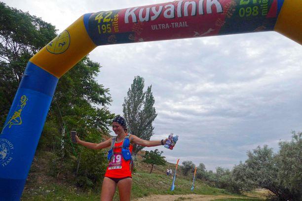 Juoksija saapuu maaliin viime lauantaina juostussa Odessan ultramaratonissa.