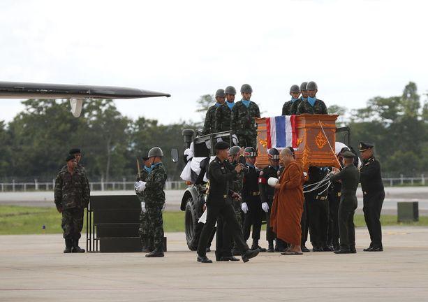 Kuollutta thaisukeltajaa saateltiin buddhalaismunkin johdolla.