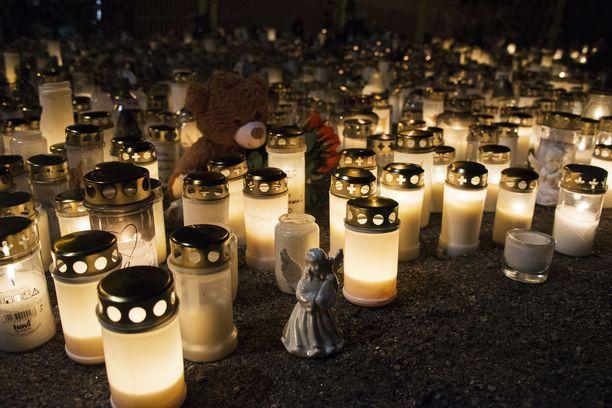 Surma tapahtui keskellä marraskuista päivää. Iltaan mennessä leikkipuiston portin edusta oli täyttynyt kaupunkilaisten tuomista kymmenistä kynttilöistä.