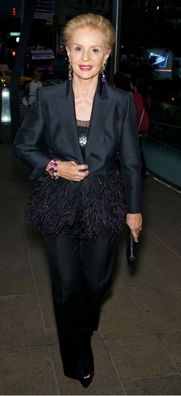 Muotigutu Carolina Herrera saapui paikalle tyylikkäästi mustassa jakkupuvussa jonka juju oli höyhenhelmassa.