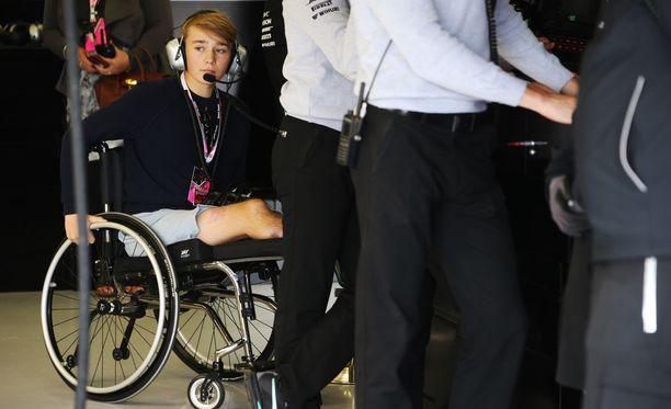 Billy Monger seurasi F1-harjoitusten etenemistä Mercedeksen varikkopilttuusta.