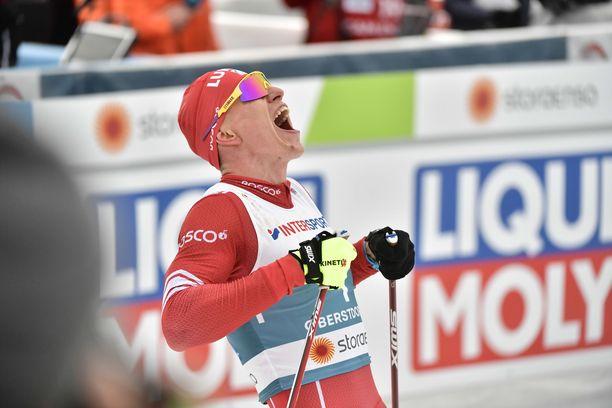 Aleksandr Bolshunov karjui villisti yhdistelmäkilpailun voiton kunniaksi.