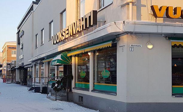 Imatran kaupunginvaltuuston puheenjohtajan Tiina Wilén-Jäppisen (sd.) ja kaksi paikallista toimittajaa ammuttiin viime joulukuussa ravintola Vuoksenvahdin edustalla. Teon tehneelle luetaan tänään murhasyytteet Etelä-Karjalan kärjäoikeudessa.