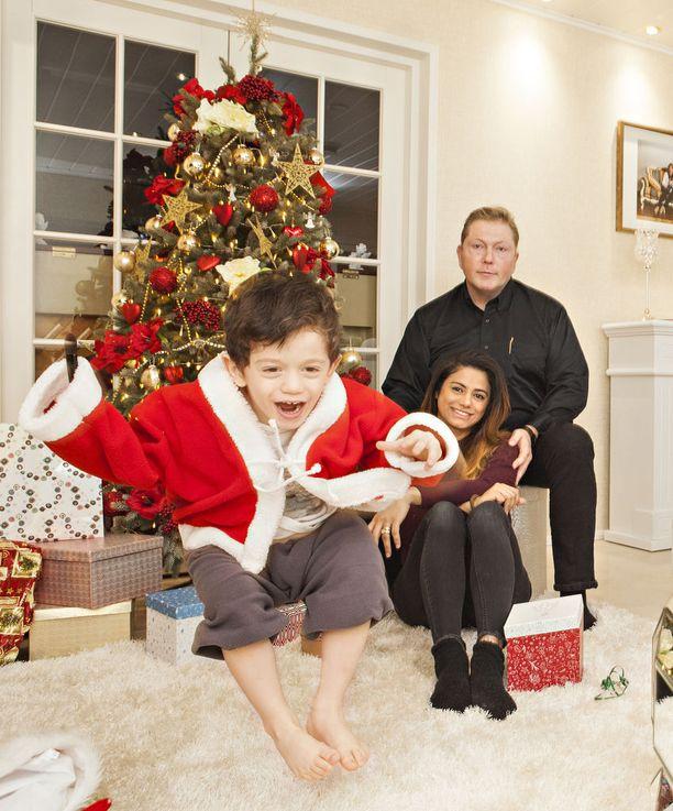 Ensimmäistä joulua Suomessa perheensä kanssa viettävä Vesa Keskinen sanoo seuraavansa uteliaisuudella millaisia jouluperinteitä Tuurissa syntyy.