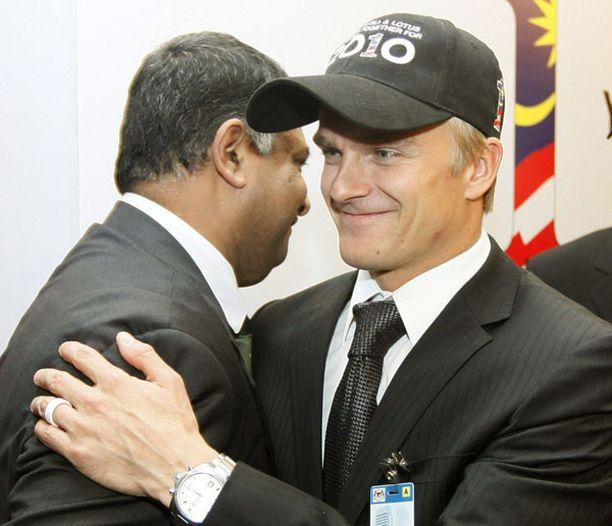 Lotus-pomo Tony Fernandes (vas.) ja Heikki Kovalainen olivat hyvällä tuulella, kun talli julkisti kuljettajansa Malesiassa joulukuussa.