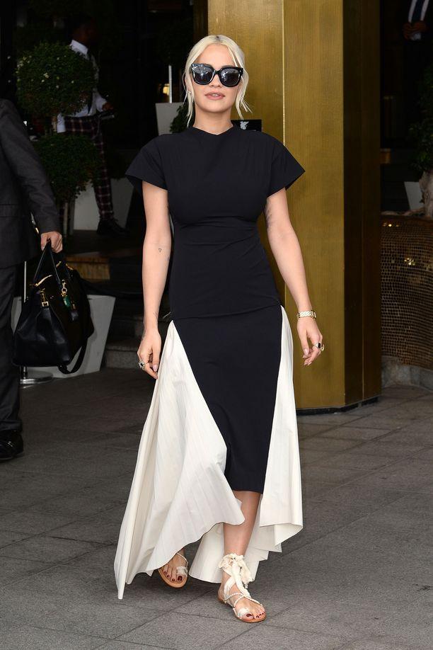 Yllättävän minimalistinen Rita Ora: tähteä harvoin nähdään näin yksinvärisessä asussa.