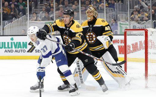 NHL:n pudotuspeleissä törkytaklaus – video: pelaaja työnnettiin pää edellä laitaan