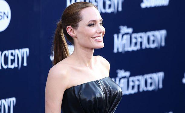 Angelina Jolien tiukka puku korosti rintoja.