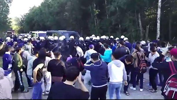 Tilanne eskaloitui mellakaksi, jolloin poliisi turvautui muun muassa OC-sumutteeseen.