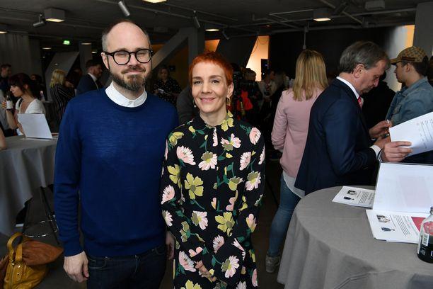 Tuomas Enbuske ja Maria Veitola juontavat yhdessä Roope Salmisen kanssa suosittua Enbuske, Veitola & Salminen -keskusteluohjelmaa.