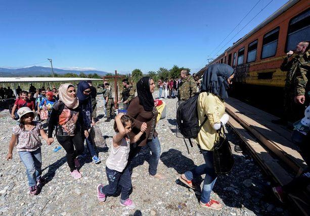 Pakolaisia nousemassa Serbian rajalle menevään junaan Makedoniassa lauantaina.