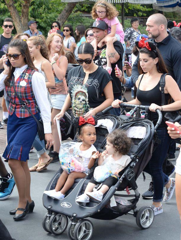 Kim-äidin vauvavatsa ei vielä kovastikaan näy.