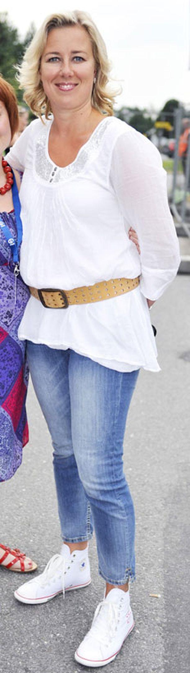 Tässä vasta ihanan raikas kesälook. Conversen tennarit ovat nuorekkaat ja farkuissakin muodikas pesu ja malli. Myös valkea paita noudattelee kauden trendejä, mutta vyön olisi voinut jättää asusta pois.