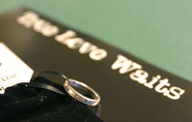 Yhdysvalloissa Tosi rakkaus odottaa -kampanjan yhteydessä jaetaan siveyssormuksia.